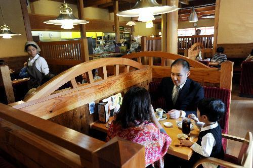 関東でも店舗を増やすコメダ珈琲店。店内はログハウス風だ=東京都三鷹市上連雀8丁目