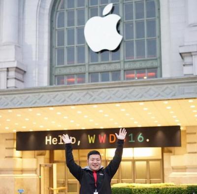 アップルの奨学生枠で渡米した近畿大学3年の山田良治さん。WWDC2016の会場前で=6月、米サンフランシスコ