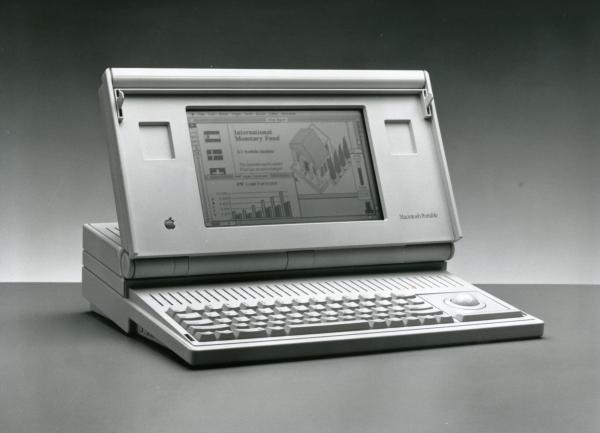 「マッキントッシュ」の新機種として発売された初のラップトップ(ひざ乗せ)型「ポータブル」。「ポータブル」が99万8000円、最上位機「Ⅱci」が105万8000円だった=1989年11月