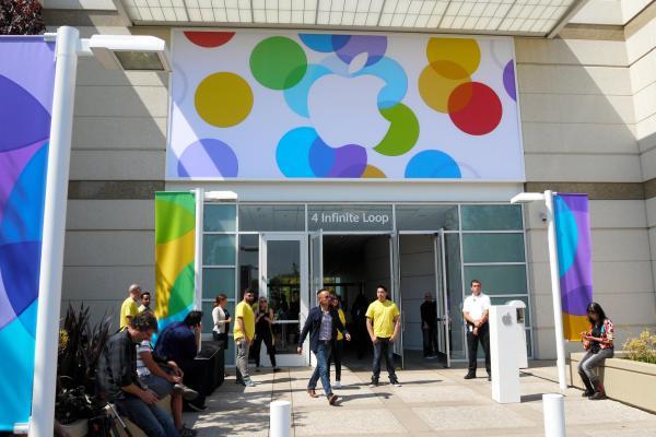 「iPhone5s」「iPhone5c」が発表された米アップル本社内の建物。カラフルに展開する新機種を示すように飾られていた=2013年9月