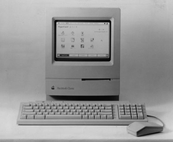 1990年10月、低価格のパソコン3機種を発表。売り出し価格が20万円を割ったマッキントッシュ「クラシック」は、それまで最も安価な「プラス」より10万円安かったという