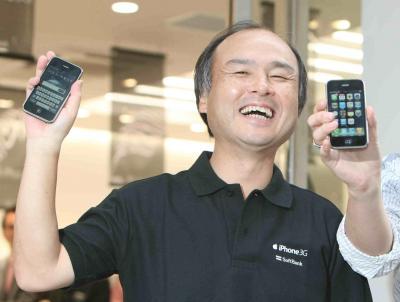 「iPhone3G」を契約した人との記念撮影に応じるソフトバンクモバイルの孫正義社長=2008年7月11日、渋谷区
