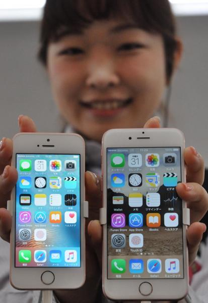 「iPhoneSE」発売。iPhoneSE(左)は、前モデルの「6s」(右)と比べて画面が小さいのが特徴だ=2016年3月