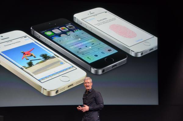 「iPhone5s」を発表するティム・クック最高経営責任者(CEO)=2013年9月10日