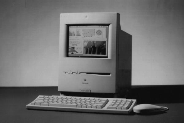1993年2月9日に発表した「カラークラシック」。マッキントッシュの入門機としてヒットした32ビット卓上型に、カラー画面を一体化させた