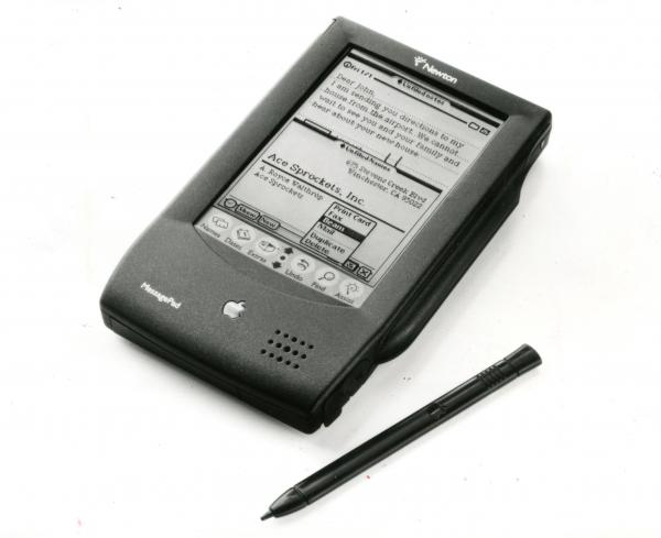 アップルとシャープが共同開発した手のひらサイズのマルチメディア型の家電製品。アップル製は「ニュートン・メッセージパット」(写真)、シャープ製は「エキスパート・パッド」=1993年8月