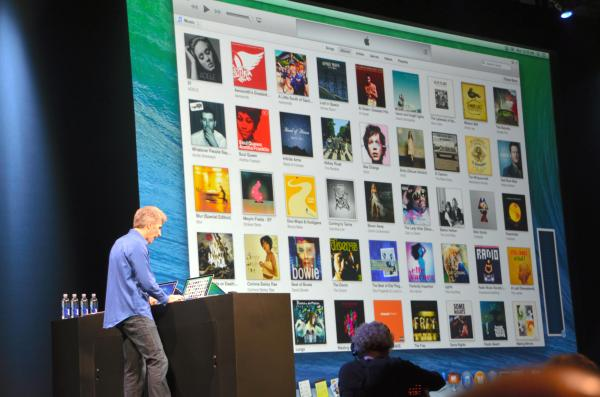 WWDCで音楽配信サービスの充実について、大型スクリーンを使って説明する幹部=2013年6月