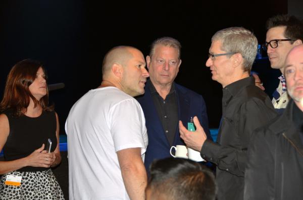 WWDC開幕前に、会場で話し込むアップル幹部のジョナサン・アイブ氏(中央左)と、ティム・クック最高経営責任者=2013年6月10日