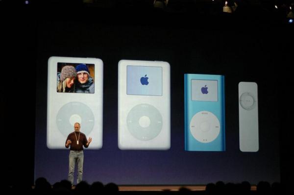 アップルが発表したiPodシャッフル(右端)=2005年1月、サンフランシスコ