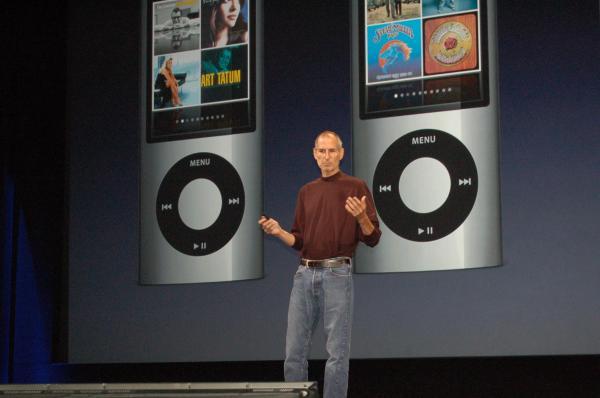 iPodの新製品を紹介する米アップルのスティーブ・ジョブズ最高経営責任者。「健在」をアピールした=米サンフランシスコ、2009年9月