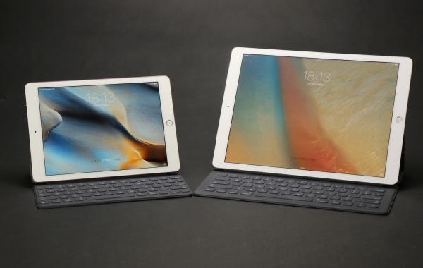 iPad Pro大と小。左が9.7インチ版、右が12.9インチ版のiPad Pro。どちらもSmart Keyboardをつけて撮影。実は12.9インチ版も一般的なモバイルノートパソコン程度でそう大きくないのだが、9.7インチ版はより持ち運びやすい=2016年3月