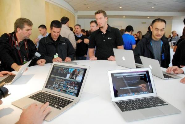 米カリフォルニア州のアップル本社で報道陣に披露されたノートブック・コンピューターの新マックブック・エア=2010年10月20日