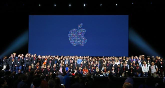 WWDC2016でアップルのティム・クックCEOを囲むスカラシップの学生ら=アップル提供