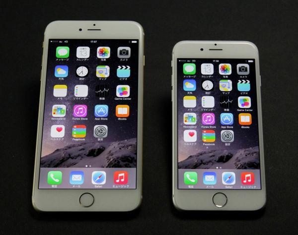 iPhone6。左がiPhone6Plus(ゴールド)、右がiPhone6(シルバー)。カバーガラスの加工が美しい=2016年6月