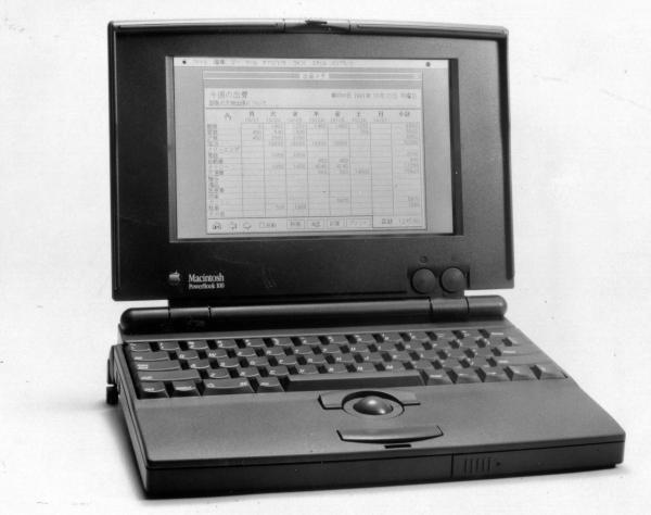 1991年に発売したノート型パソコン「Power・Book(パワーブック)100」。ソニーからOEM(相手先ブランドによる生産)供給を受けた。16ビット機で、20メガバイトのハードディスク(HDD)を内蔵、単純マトリクス方式の液晶ディスプレーを搭載