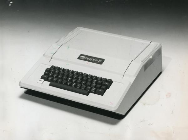 アップルが東レと販売提携し、日本市場向けに開発した「アップルⅡ-Jプラス」=1980年7月