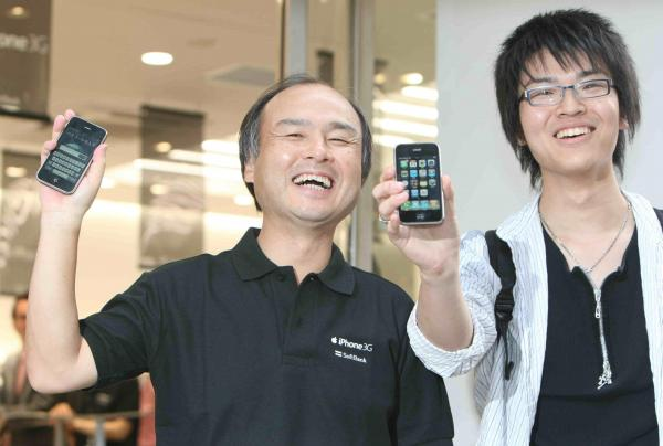 「iPhone3G」を1番目に契約した男性との記念撮影に応じるソフトバンクモバイルの孫正義社長(左)=2008年7月11日、東京・表参道