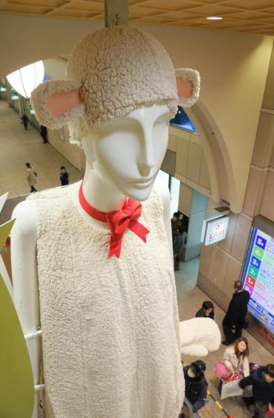 2014年、干支「ひつじ」の着ぐるみを着たナナちゃん人形