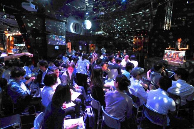 東京・渋谷のクラブを会場に開かれた改正風営法がテーマの「未来メディアカフェ」=6月21日、天田充佳撮影