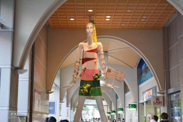 2013年、名鉄百貨店未来のデザイナー育成企画 愛知啓成高等学校 世界に1着だけのドレスを着たナナちゃん