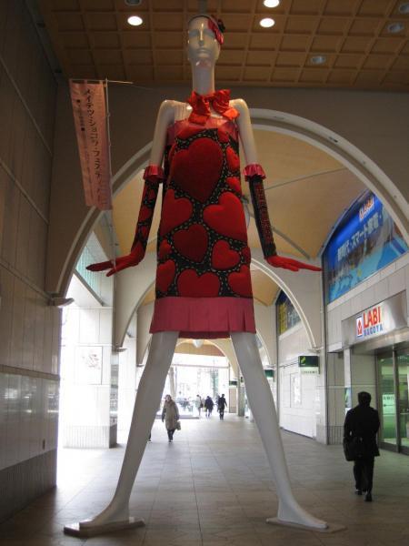 2013年、名鉄百貨店×名古屋モード学園 ハートあふれる<ラッピング>ナナちゃん