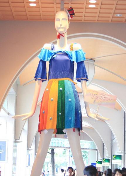 2011年、名鉄百貨店未来のデザイナー育成企画 愛知啓成高等学校 世界に1着だけのドレスを着たナナちゃん