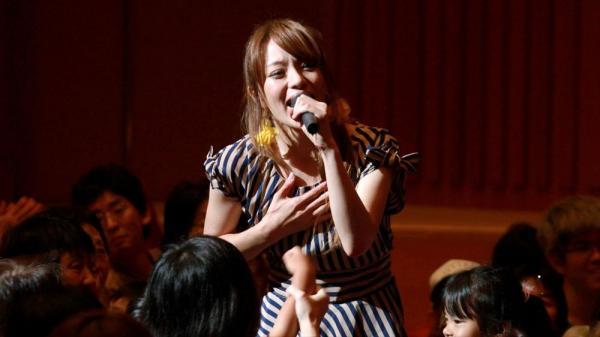 子どもたちとふれあいながら歌う今井絵理子氏=山口県周南市徳山の市文化会館