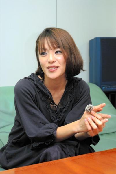 取材に答える今井絵理子氏=2008年12月11日