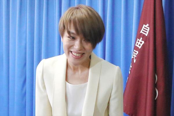 手話を交えて参院選への出馬を表明する、「SPEED」のメンバーで歌手の今井絵理子氏=2016年2月9日、自民党本部、遠藤啓生撮影