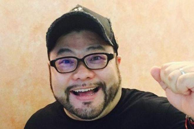 とりあえずガッツポーズをする髭男爵の山田ルイ53世さん。「手抜きお祓い」をされても「呪い」にかかっても、前向きに生きています