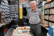 店先に立つ坂本健一さん。若者からプロの物書きまで、多くの人に愛された名物店主だった