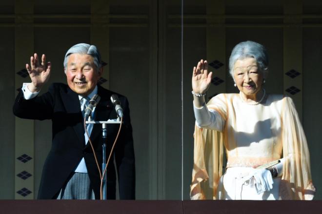 新年の一般参賀で、集まった人たちに手を振る天皇、皇后両陛下=2016年1月2日