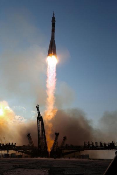 カザフスタンのバイコヌール宇宙基地で7日、大西卓哉宇宙飛行士らを乗せて打ち上げられたソユーズ宇宙船のロケット=鬼室黎撮影