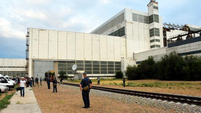 ソユーズの組み立て施設。右側の建物の屋根が壊れているのが見える=4日、バイコヌール宇宙基地、香取啓介撮影