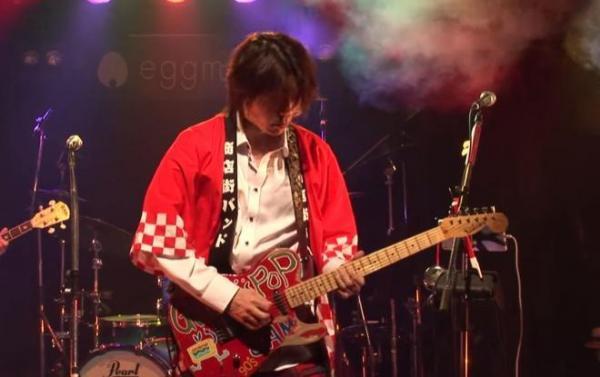 「商店街バンド」で演奏するTAKUYAさん