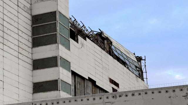 壊れた屋根を拡大。鉄骨がむき出しに=バイコヌール宇宙基地、香取啓介撮影