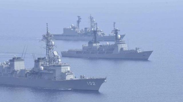 フィリピン海軍と合同で軍事訓練をする海上自衛隊の護衛艦=ロイター