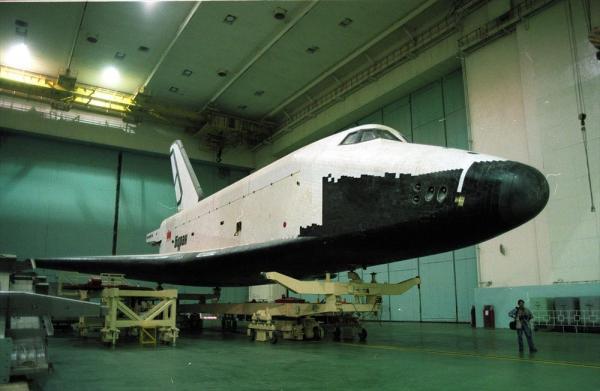 旧ソ連版スペースシャトル「ブラン」。組み立て施設内と思われる=1997年、バイコヌール宇宙基地