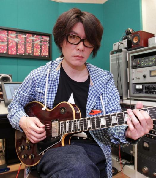ギブソンのレスポールを手にする元Judy and Maryのギターリスト・TAKUYAさん=竹谷俊之撮影