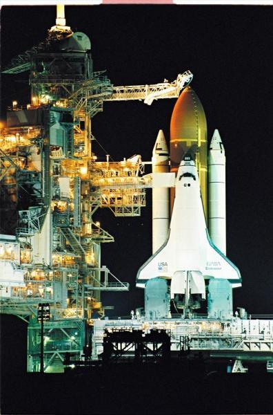ライトアップに浮かび上がり発射を待つスペースシャトル・エンデバー=1992年、アメリカ・フロリダ州のケネディ宇宙センター