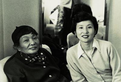 「暮しの手帖」を創刊した、花森安治さん(左)と大橋鎭子さん(右)=暮しの手帖社提供