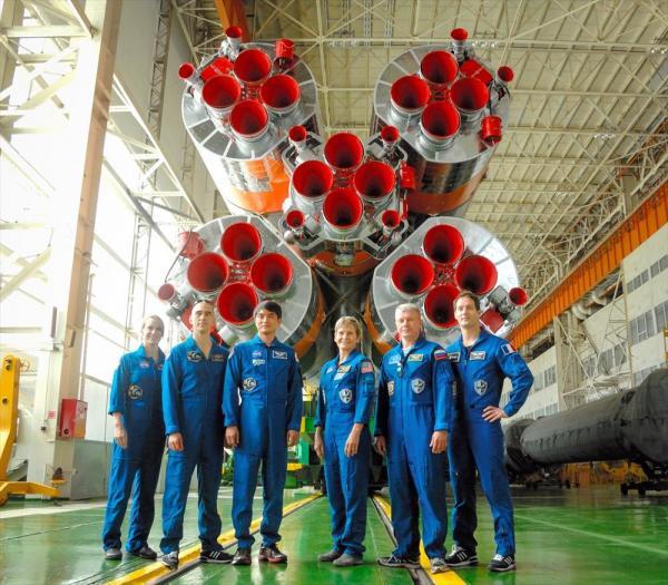 ソユーズロケットの前で写真撮影するSクルーとバックアップクルー=2日、JAXA/NASA/Alexander Vysotsky