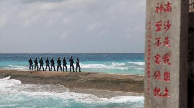 南シナ海の南沙諸島にあるファイアリー・クロス礁を警備する中国人民解放軍の兵士=ロイター