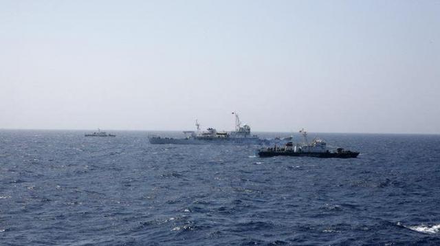 中国艦船と併走するベトナム艦船=ロイター