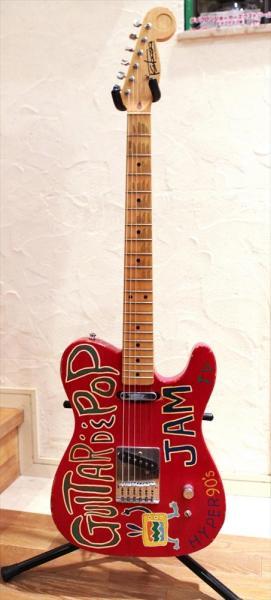 「GUITAR DE POP」「JAM」などがペイントされている赤いテレキャスター=竹谷俊之撮影