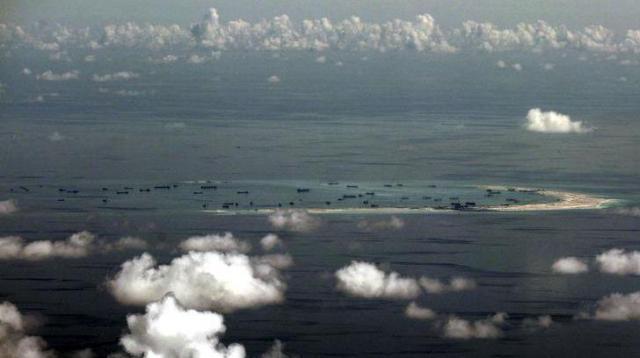 南シナ海の南沙諸島にあるファイアリー・クロス礁=ロイター