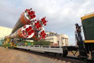 組み立て場から搬出されるソユーズロケット。奥の建物の屋根が壊れている=4日、カザフスタンのバイコヌール宇宙基地、鬼室黎撮影
