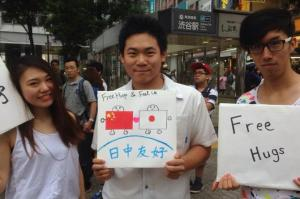 罵倒されてもフリーハグ続ける中国人 北京での挫折、銀座の老人の涙