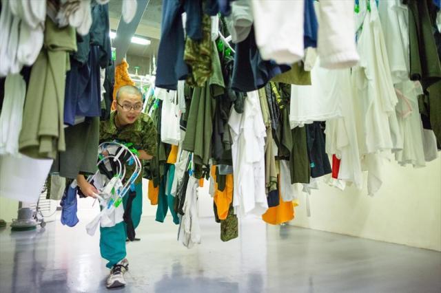 午後7時すぎ、宮城県東松島市出身の野村佳大さん(17)は宿舎で洗濯物を取り込んでいた。東日本大震災で被災。自衛官の活躍を見て、自分も人の役に立ちたい、と中学卒業後すぐに自衛隊の訓練が受けられるこの学校を志願した。「銃を持つことはとても怖いけれど……。全国各地から支援されてきたので、恩返しをしたいんです」=2015年6月、神奈川県横須賀市