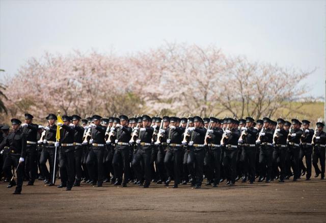 入校式の日、上級生が歓迎の行進をする=2016年4月、神奈川県横須賀市